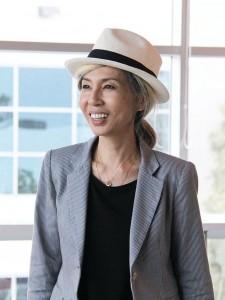 日米で約11年間銀行に勤めた後、メイクアップアーティストに転身。以後、アン・ハサウェイ、マライア・キャリーなど多くの著名人をメイク。現在テレビなどの仕事に